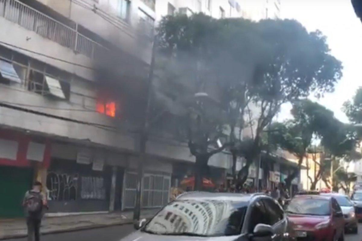 [Incêndio atinge imóvel de um prédio comercial no Campo Grande, em Salvador]