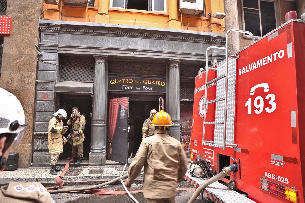 [Morre o quarto bombeiro que atuou no incêndio no Rio de Janeiro ]