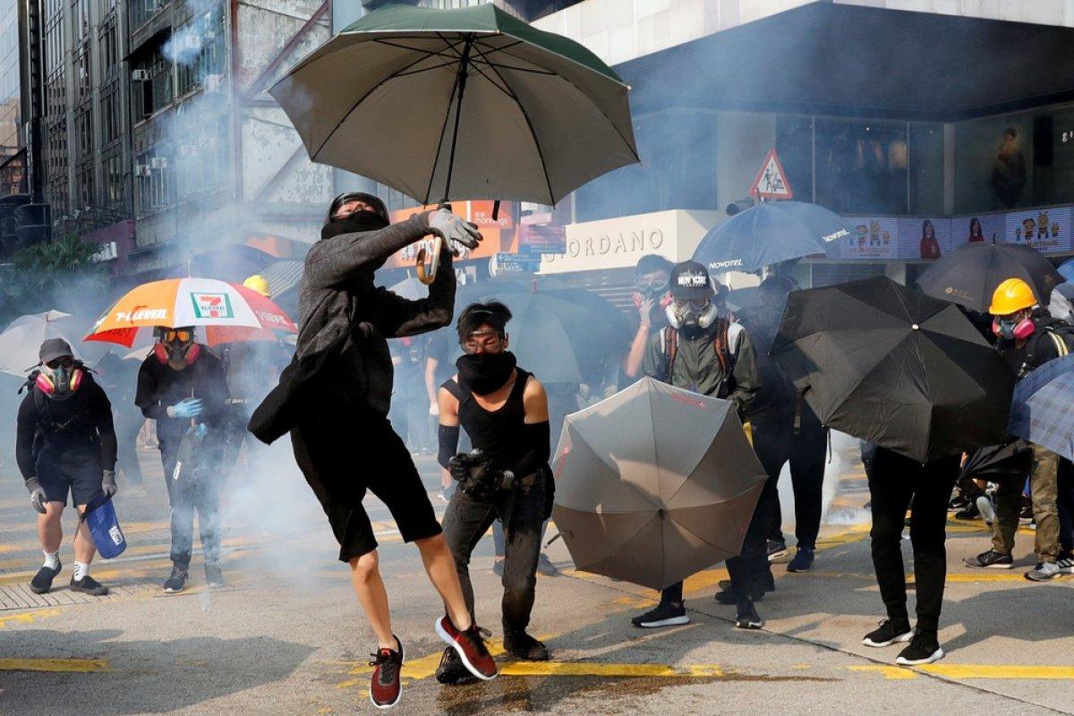 [Manifestantes destroem lojas e bancos durante protesto em Hong Kong]