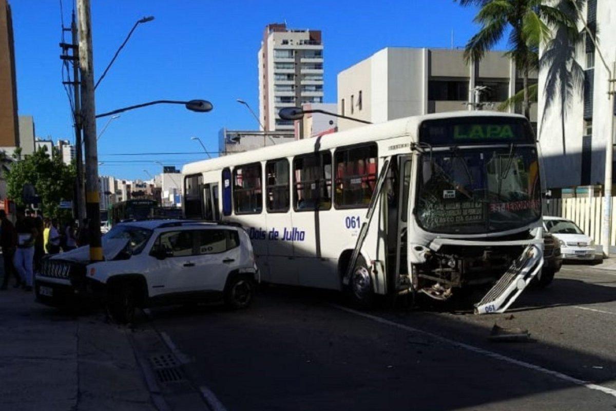 [Após acidente, frente de ônibus fica destruída e carro bate em poste na Av. Manoel Dias]