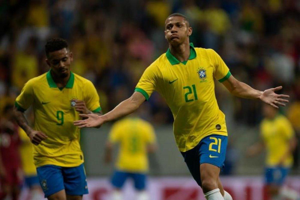 [Richarlison brilha e Brasil vence Catar em amistoso; Neymar sai machucado e preocupa ]