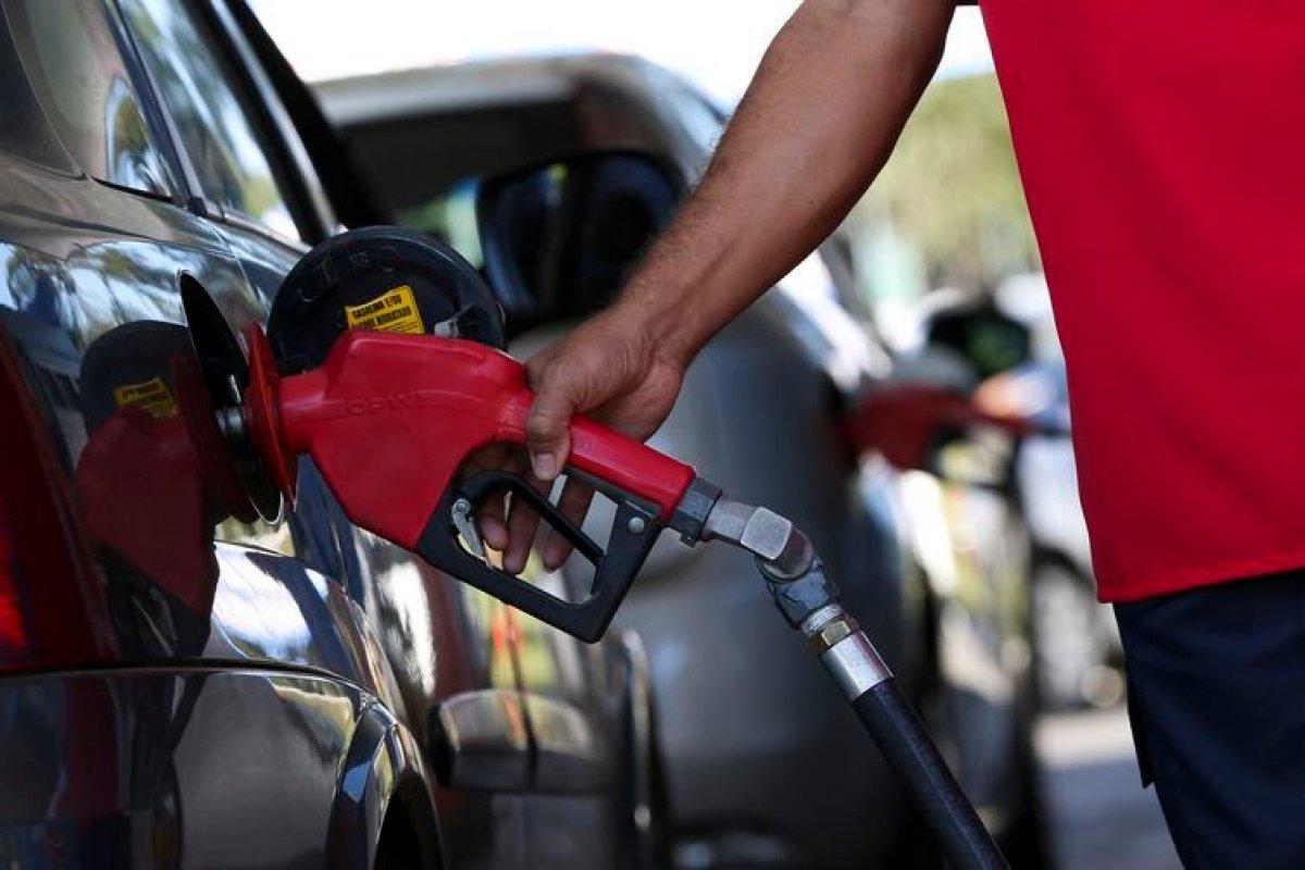 [Gasolina tem reajuste de 2,8% nas refinarias]