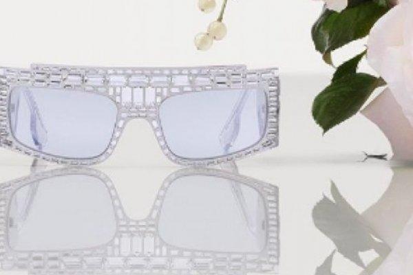 [Burberry lança óculos com cristais aplicados à mão]
