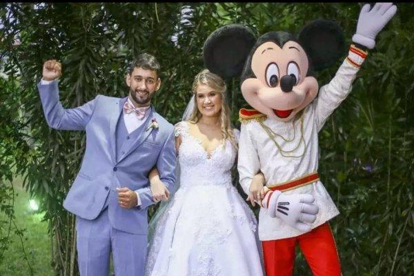 [Apaixonada pelo mundo da Disney, noiva ganha Mickey como pajem em casamento]