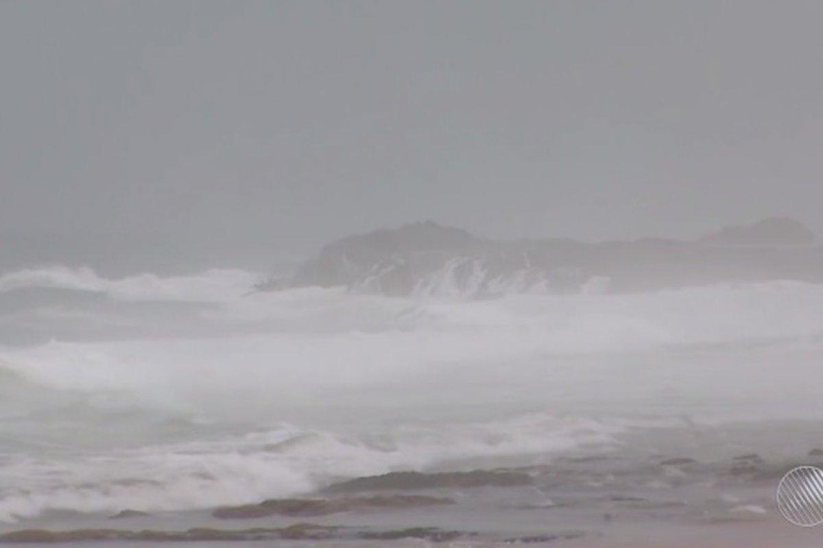 [Marinha: alerta de ressaca com previsão de ondas de até 3,5 metros no sul da Bahia]