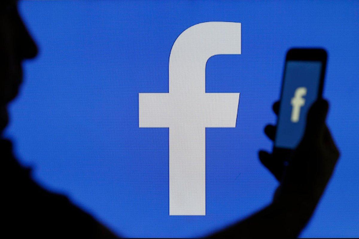 [Justiça condena patrão por acessar Facebook de funcionária ]