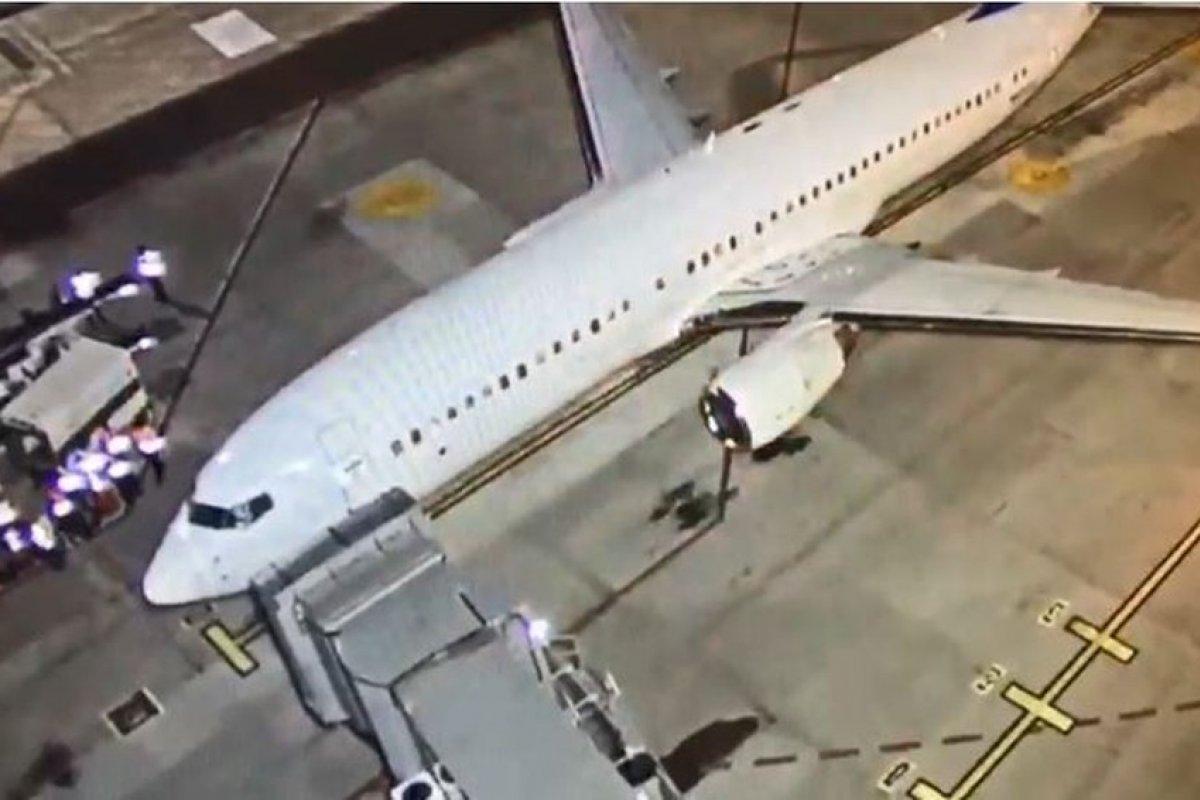 [Avião com brasileiros deportados chega a Confins na noite desta sexta-feira (14)]