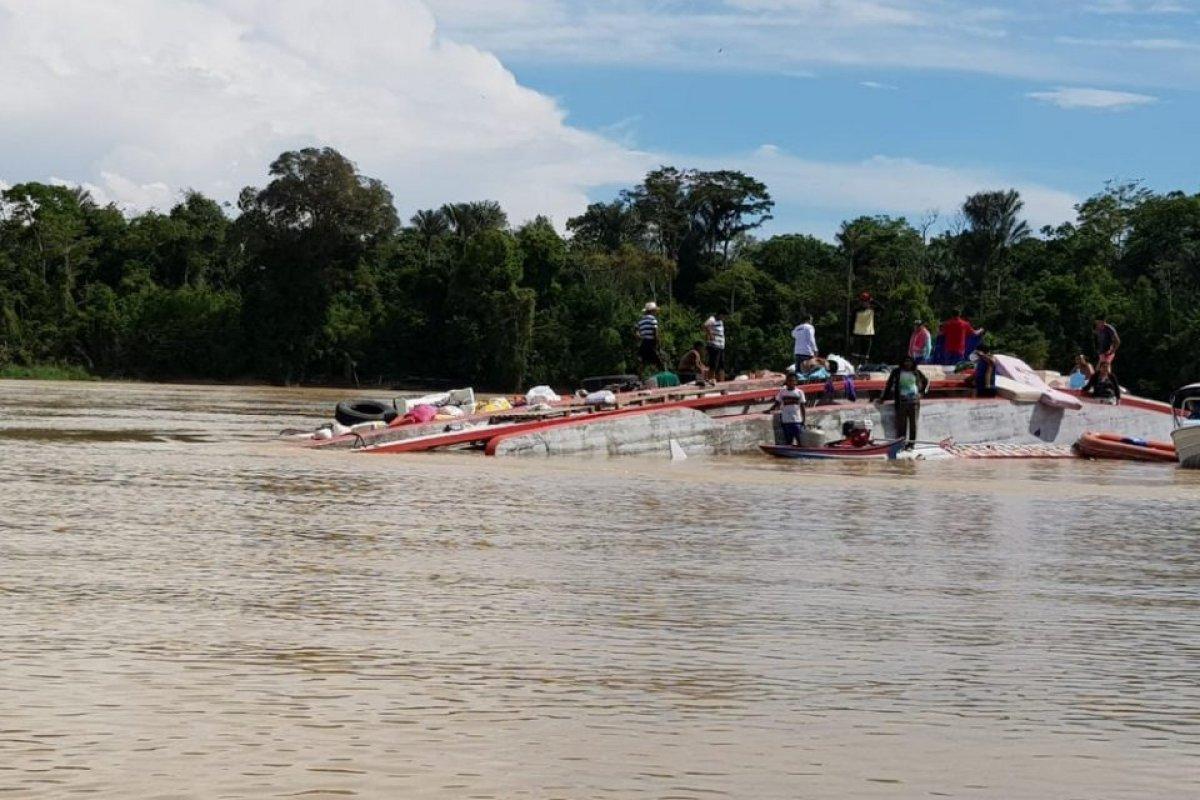 [Embarcação naufraga no interior do Amazonas]