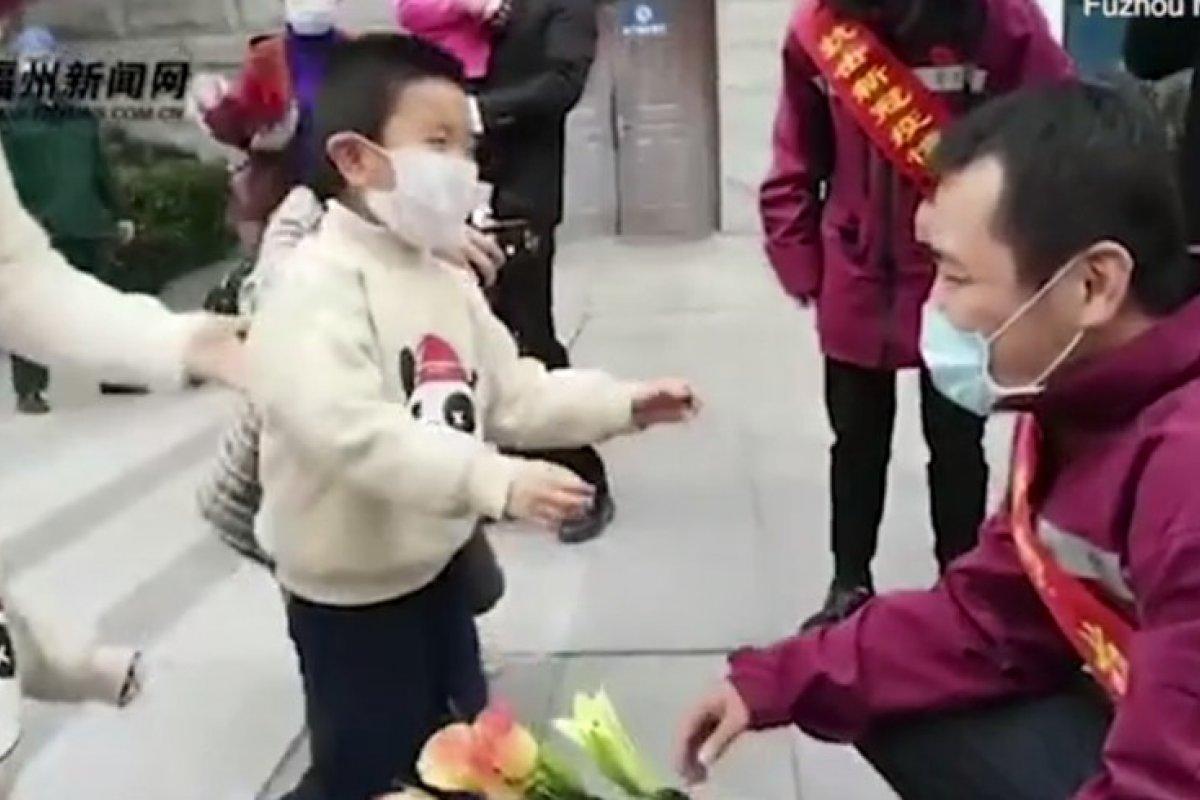[Coronavírus: vídeo mostra profissionais da saúde chorando ao encontrar familiares ]