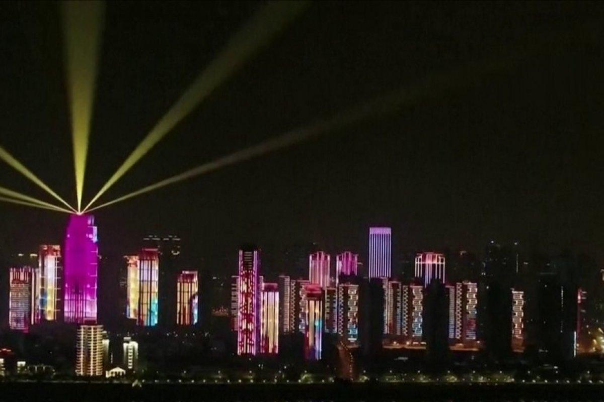 [Wuhan tem festa de luzes para comemorar fim de confinamento após 76 dias]
