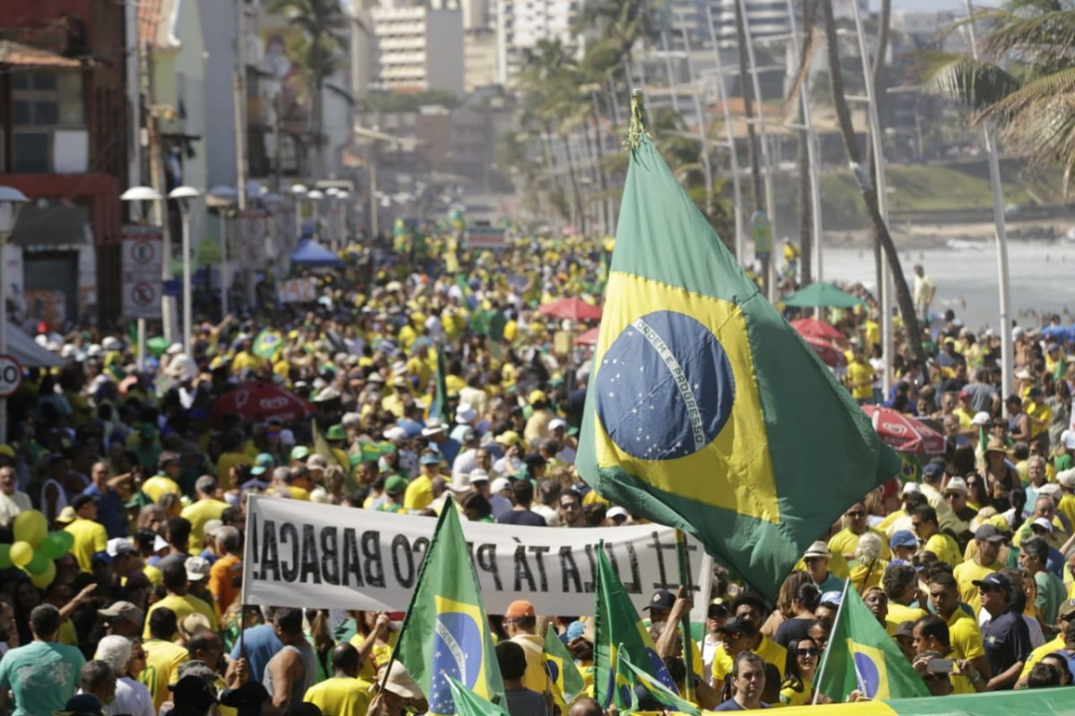 [Manifestantes protestam em apoio ao ministro Moro e Lava Jato  ]