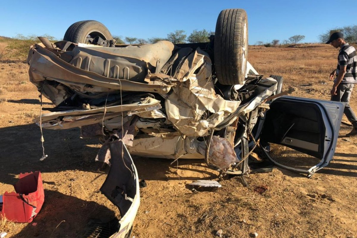[Duas pessoas morrem e outras três ficam feridas após carro capotar na BA-160]