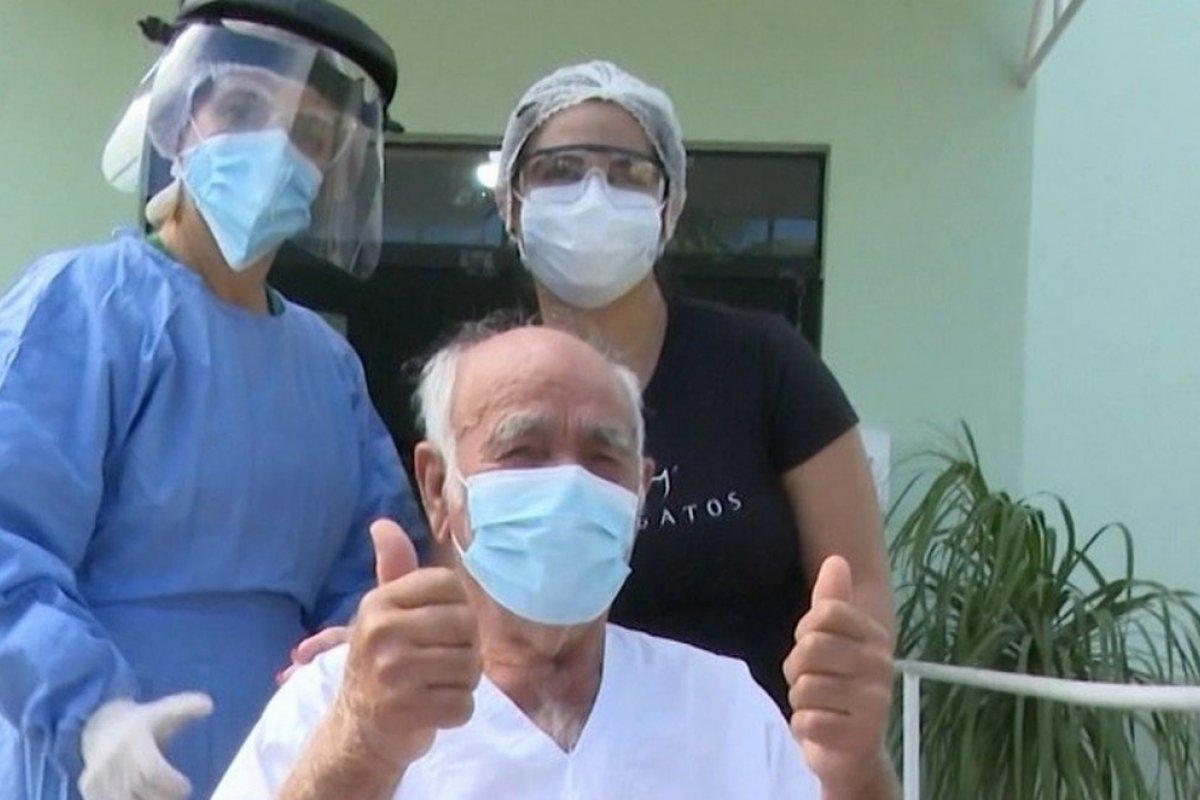 [Idoso de 90 anos recebe alta médica após ser curado do coronavírus no oeste da Bahia]
