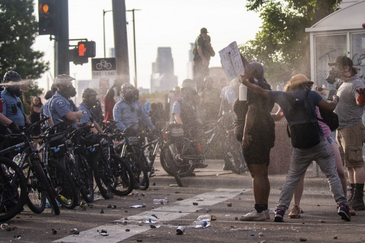 [Manifestantes fazem protesto pelo segundo dia contra morte de homem negro nos EUA]