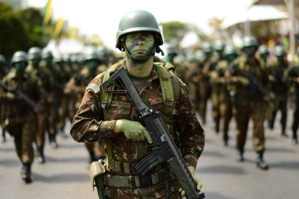 [Cabe às Forças Armadas moderar os conflitos entre os Poderes]