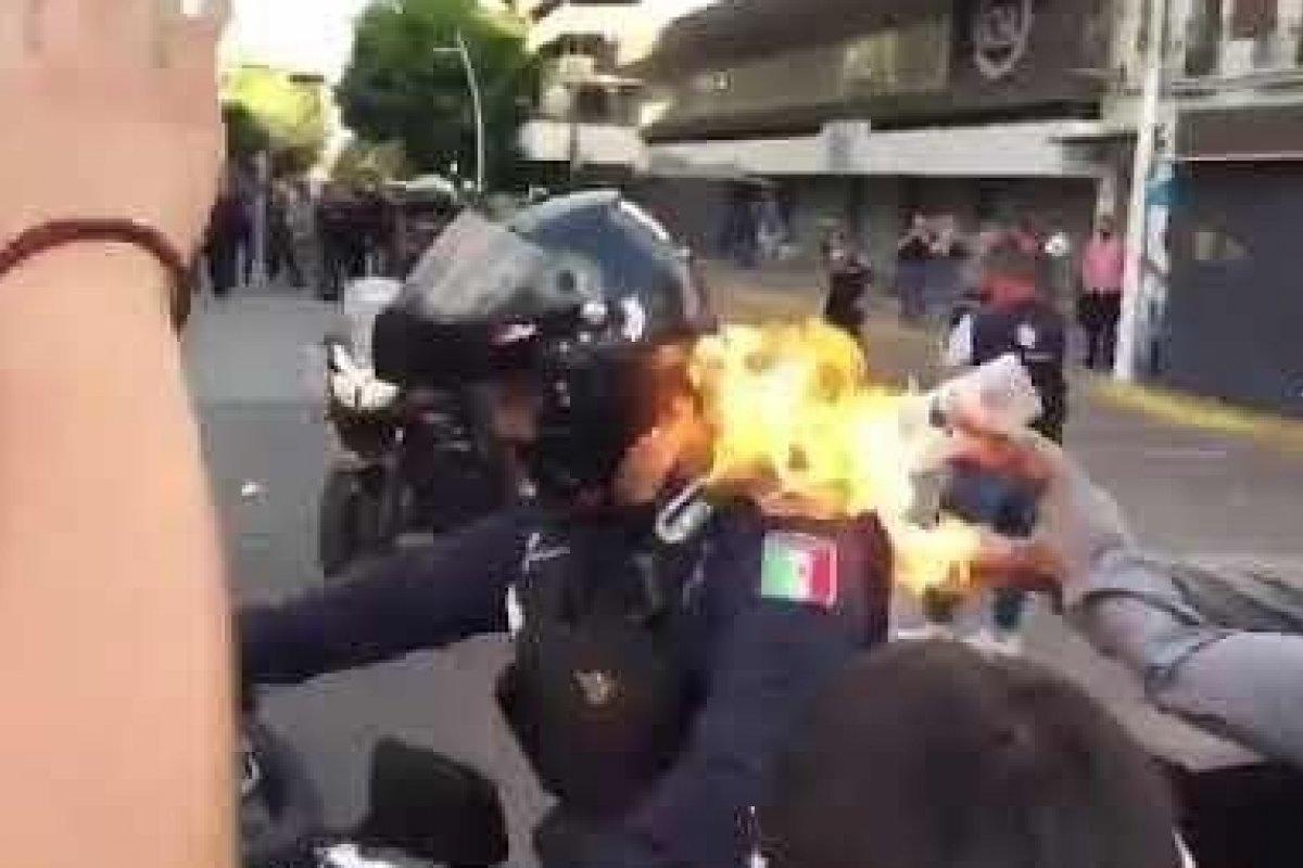 [Manifestante coloca fogo em policial durante protesto no México]