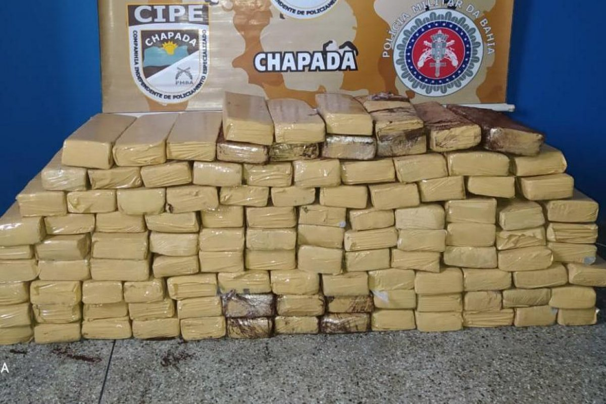 [Mais de 100 kg de maconha é apreendida em micro-ônibus no interior da Bahia]