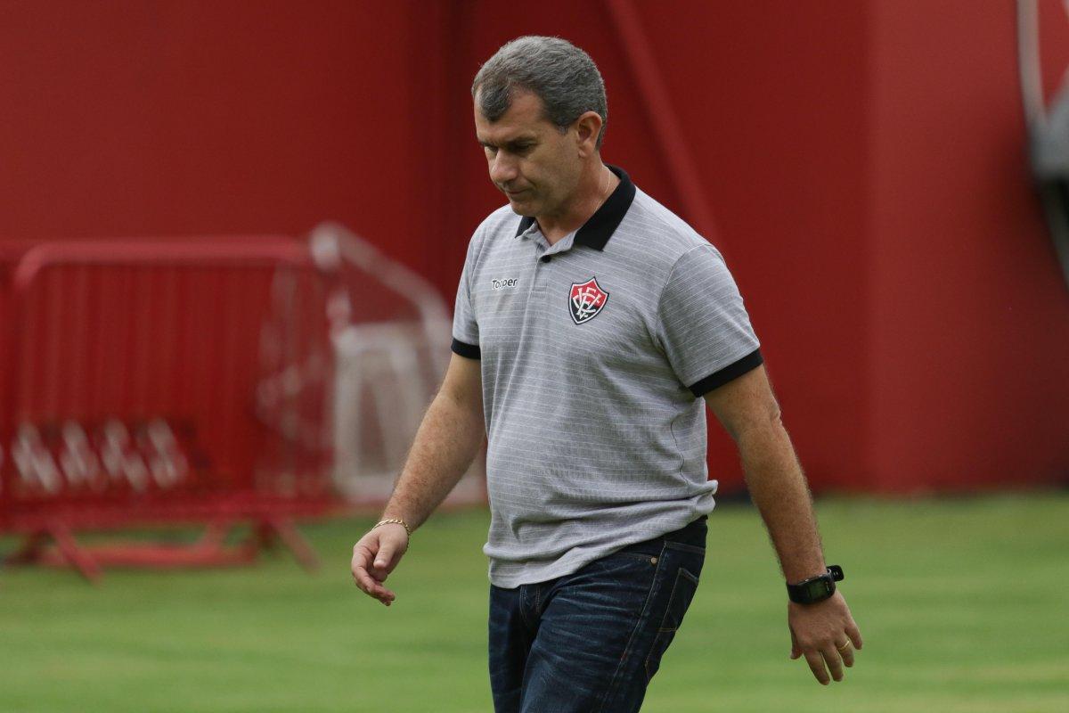 [CAIU! Após sete jogos, Claudio Tencati é demitido do Vitória.]