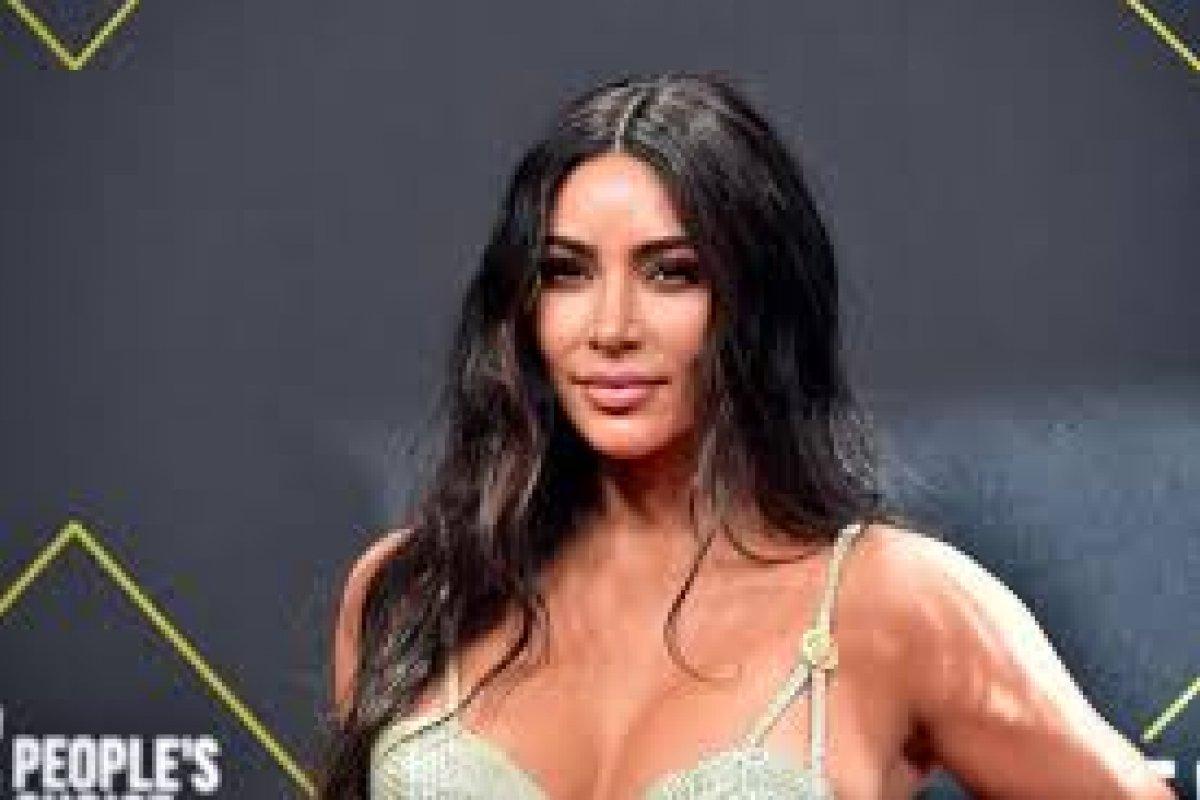 [Kim Kardashian decide vender ações da KKW Beauty por US$200 milhões]