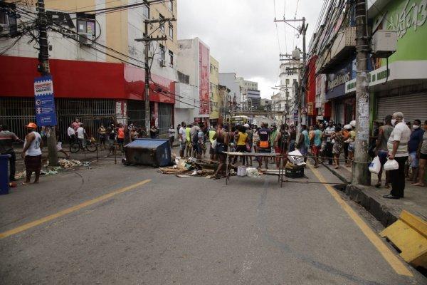 [Veja vídeo: ambulantes realizam manifestação na Avenida Joana Angélica, centro de Salvador]