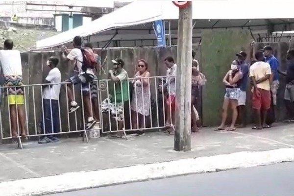 [Veja vídeo: Distribuição de quentinhas da prefeitura gera aglomeração em Salvador]