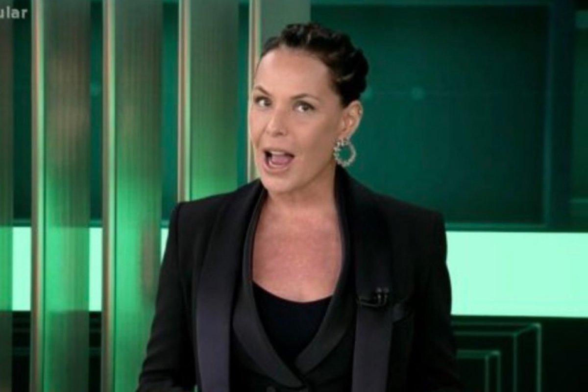 [Carolina Ferraz estreia no Domingo Espetacular e bomba na web ]