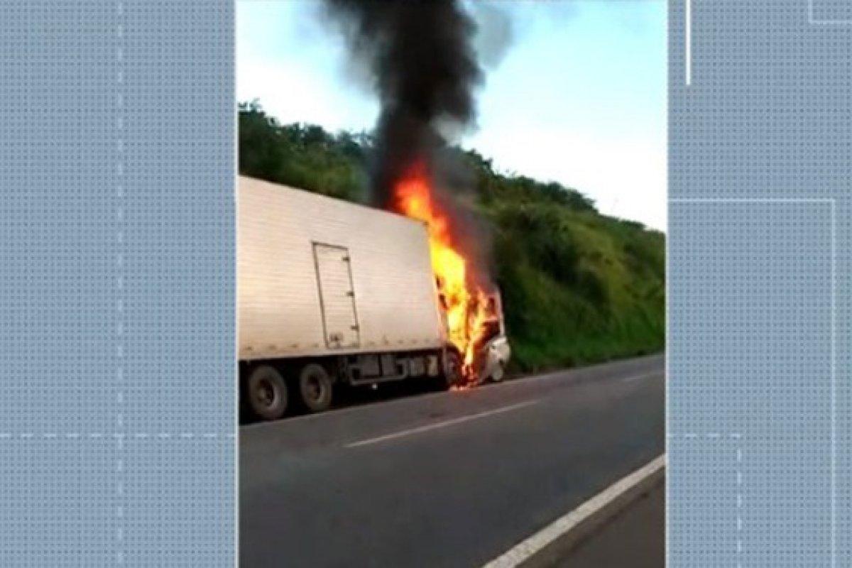 [Colisão entre carro e caminhão na BR-101 deixa três pessoas da mesma família mortas]