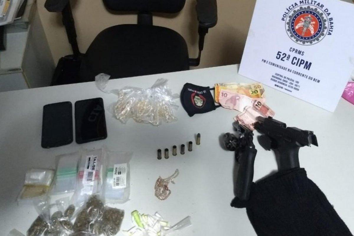 [Polícia apreende 300 porções de drogas e armas durante operação em Lauro de Freitas]