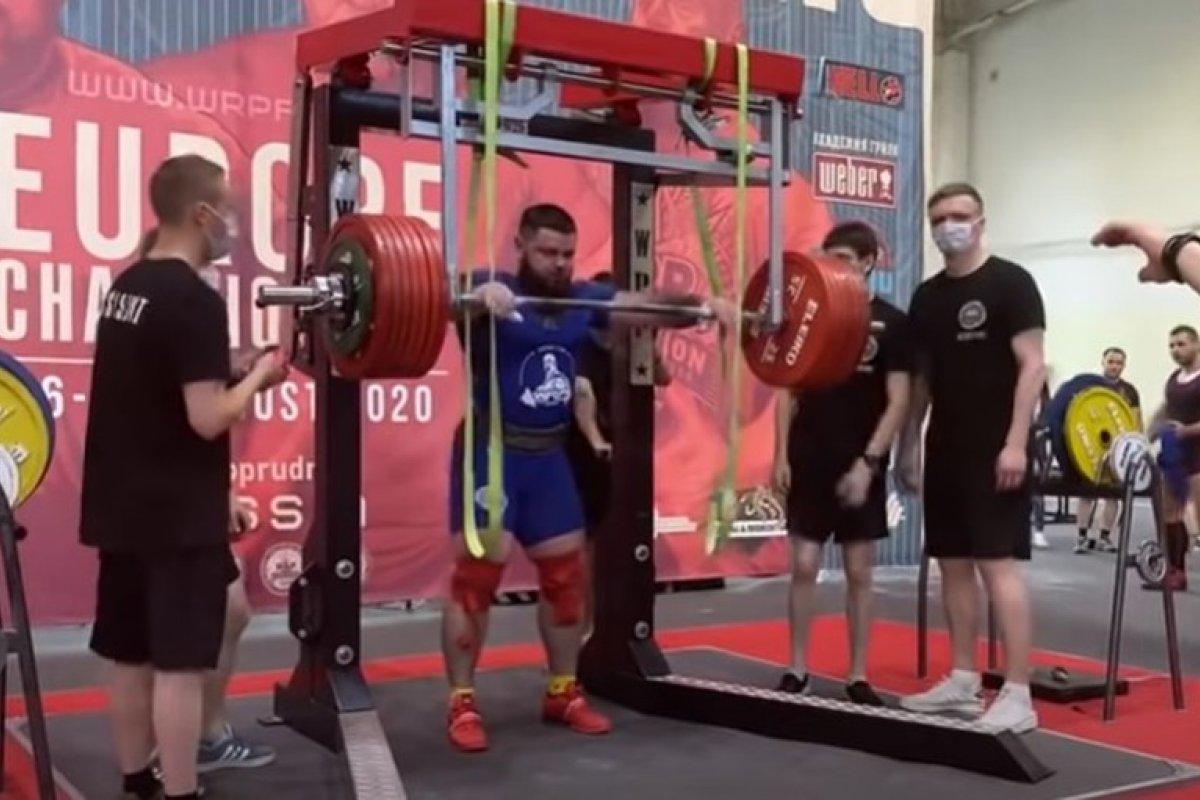 [Imagens fortes: atleta russo quebra duas pernas após tentar levantar peso com cerca de 400 quilos]