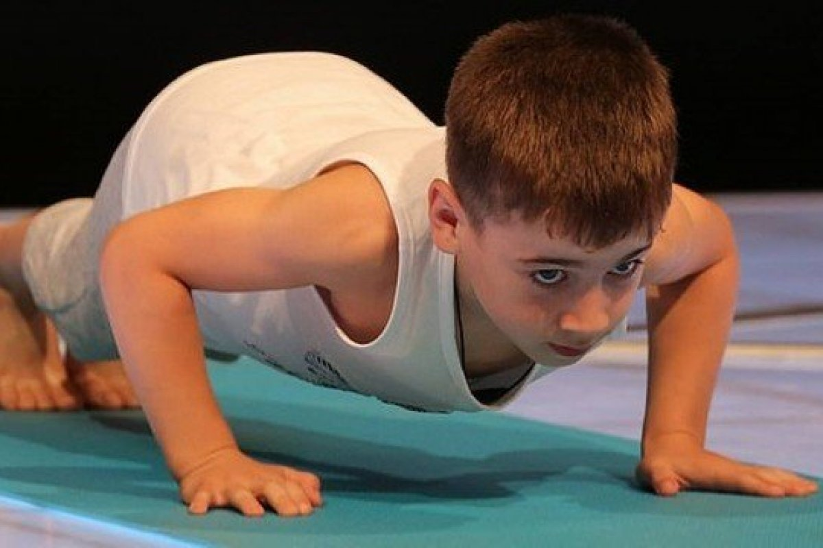[Menino de seis anos bate recorde mundial de flexões]