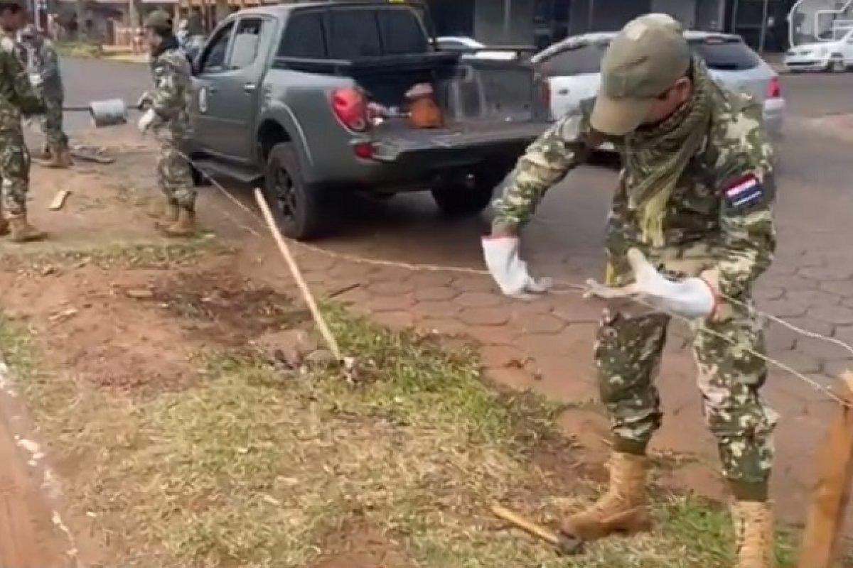 [Após invasão na fronteira, exército paraguaio reforça trechos com arame farpado]