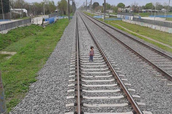 [Vídeo: criança em trilho de trem é salva após maquinista acionar freio de emergência]