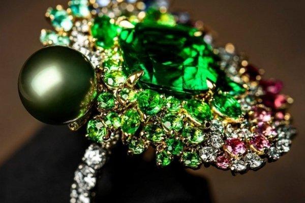 [Com explosões cromáticas, Dior lança coleção de joias]