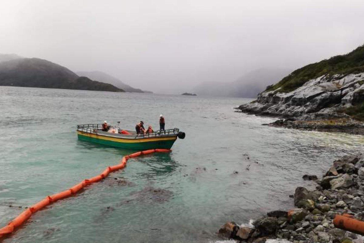 [Mais de 40 mil litros de petróleo são derramados nas águas da Patagônia]