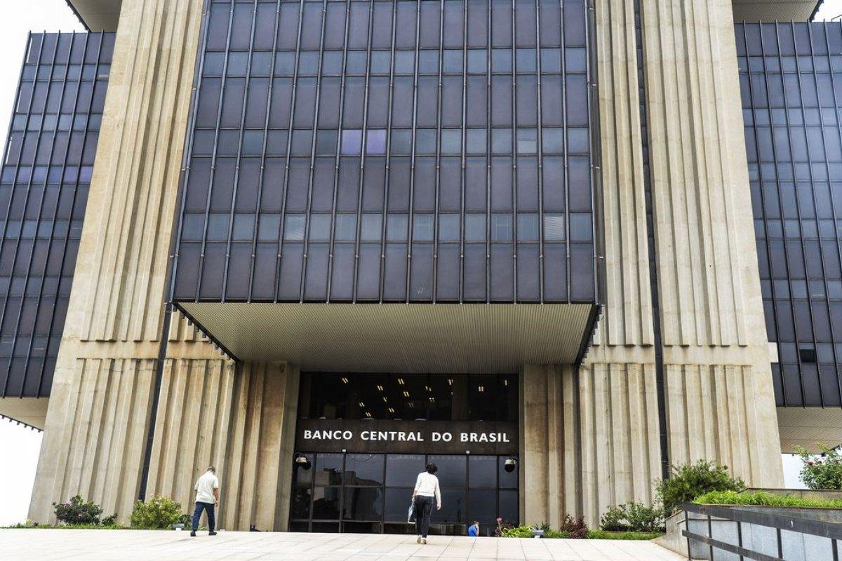 [Senadores propõem que Banco Central passe a atuar contra o desemprego ]