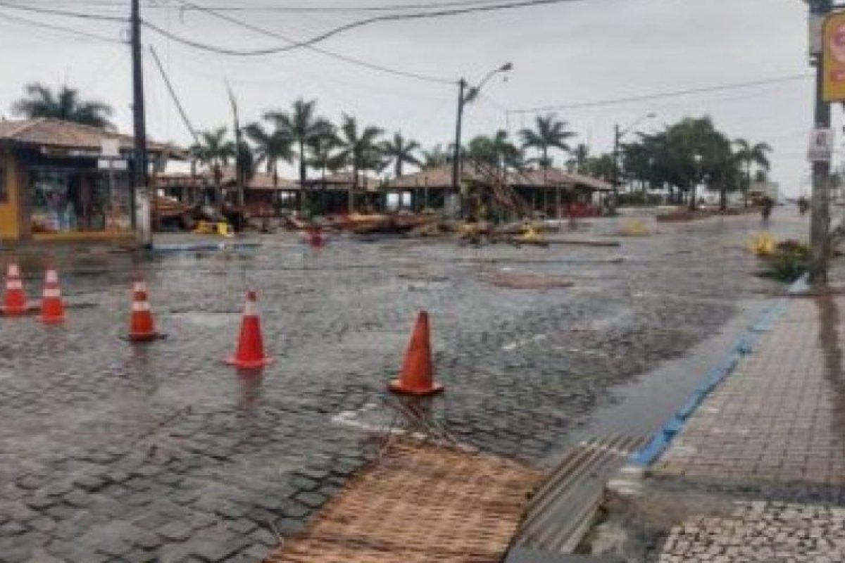 [Ciclone tropical destrói quiosques em Porto Seguro e deixa ruas alagadas]