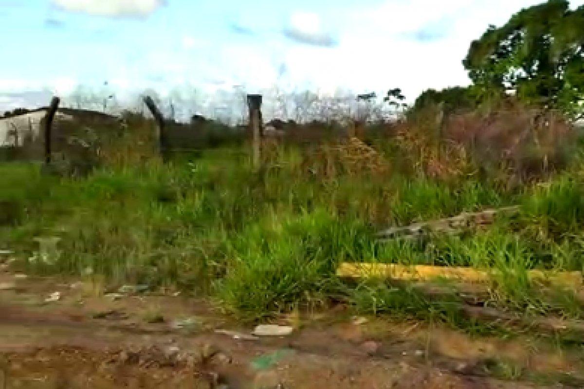 [Vídeo: moradores denunciam rua esburacada em Simões Filho ]