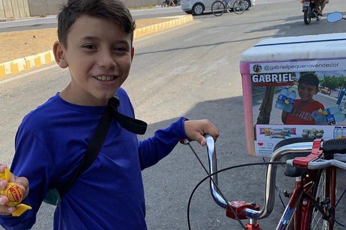 [Vídeo: Menino chora ao ser denunciado por vender água na rua e comove internet]