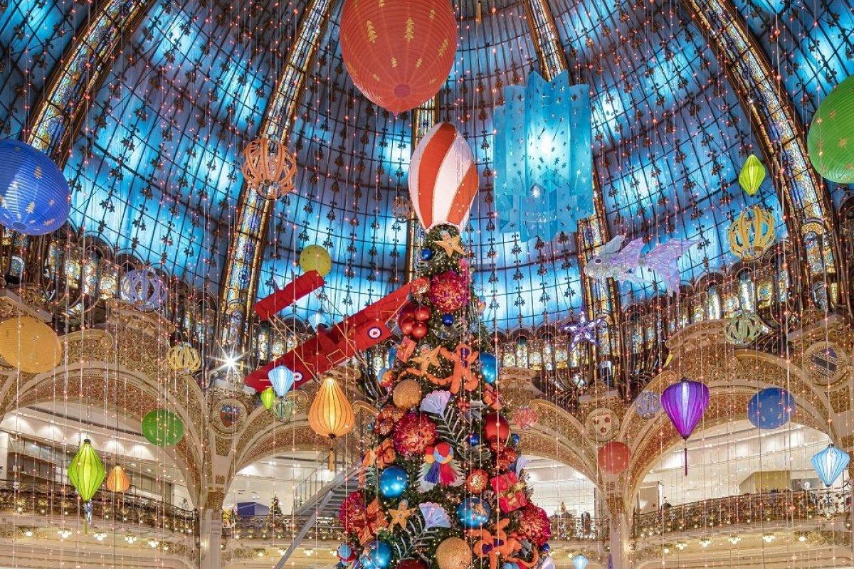 [Tradicional Árvore de Natal da Galeries Lafayette Haussmann é inaugurada em Paris]