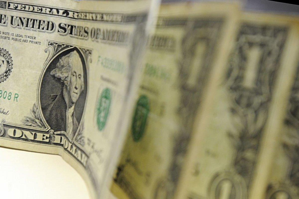 [Moeda norte-americana fecha em alta de 1,36%, vendida acima de R$ 5]