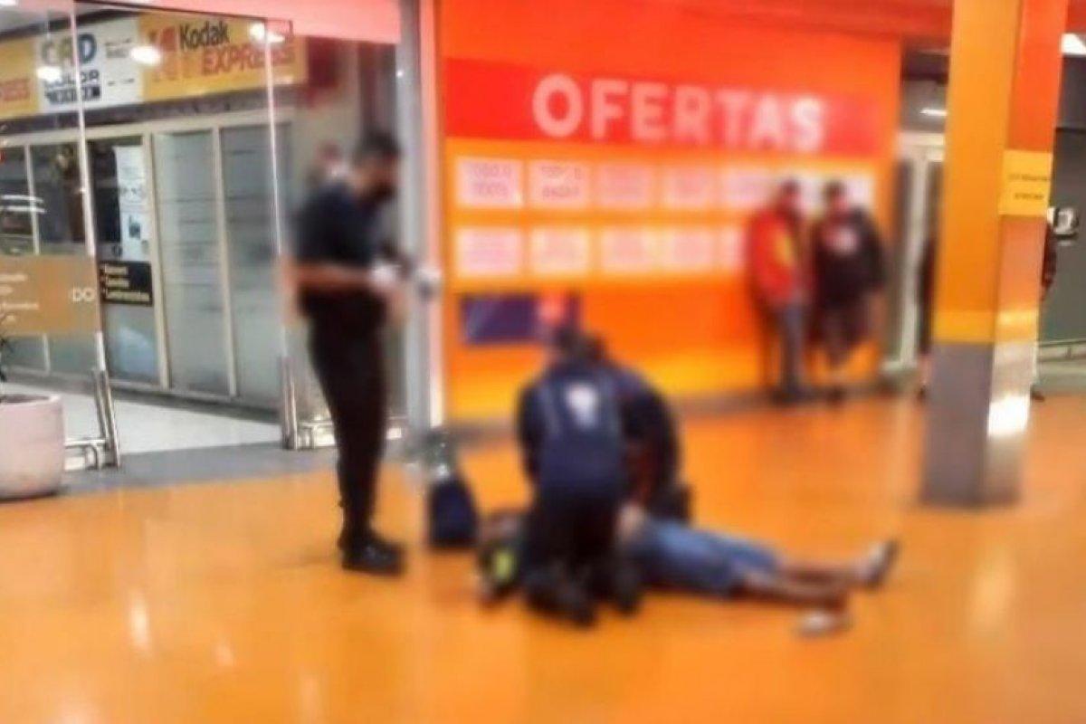 [Confira outros seis casos de violência no Carrefour ]