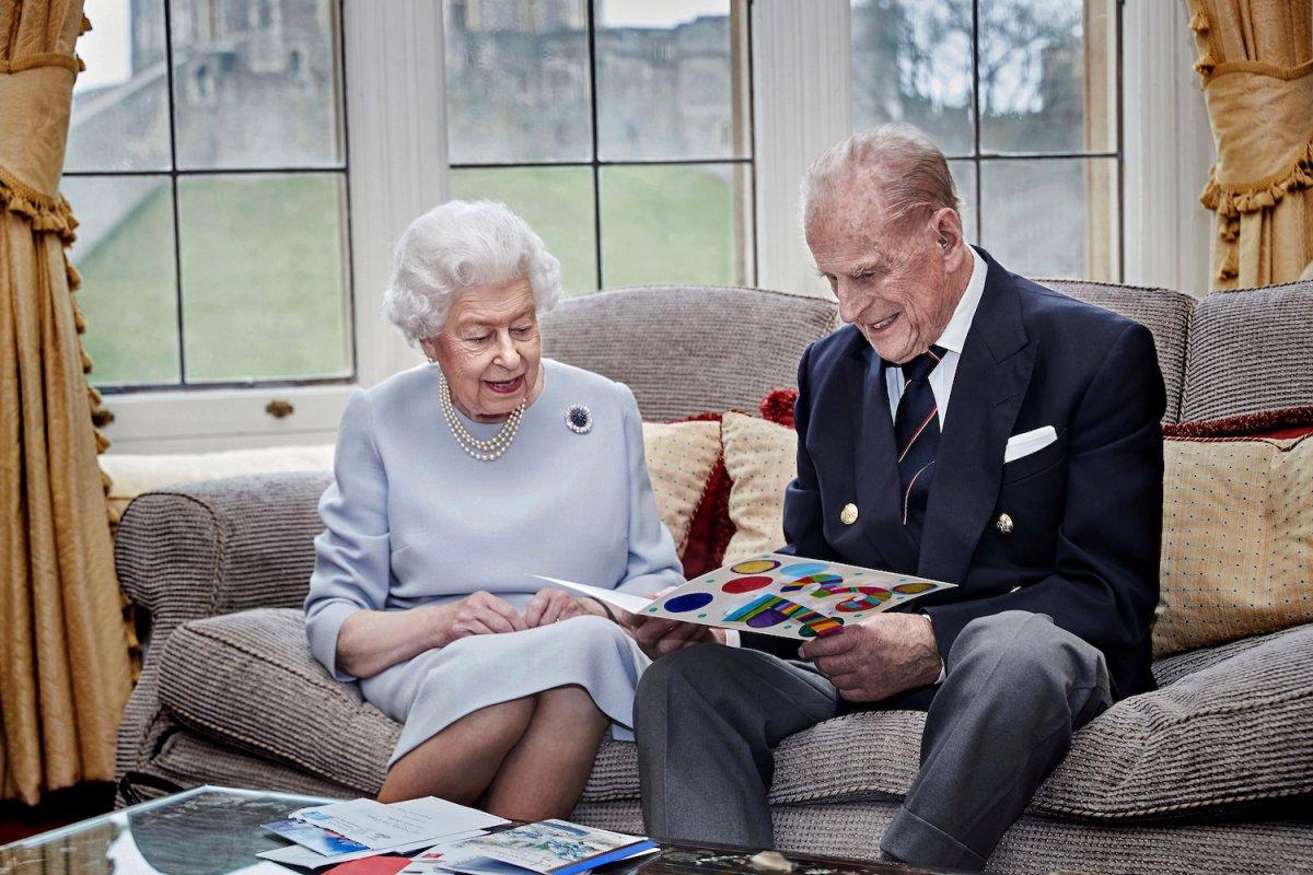 [Rainha Elizabeth II e Philip celebram 73 anos de casados com cartão feito por bisnetos]