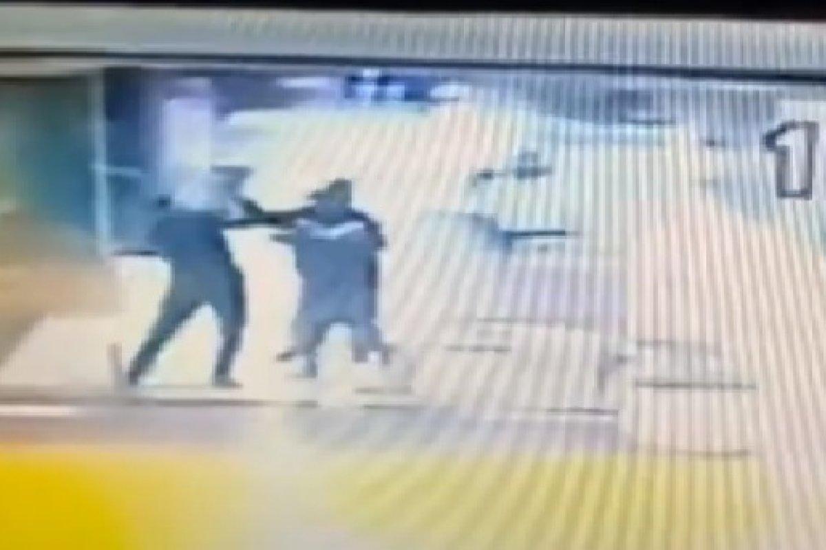[Vídeo: Nova gravação mostra que homem negro agrediu segurança primeiro]