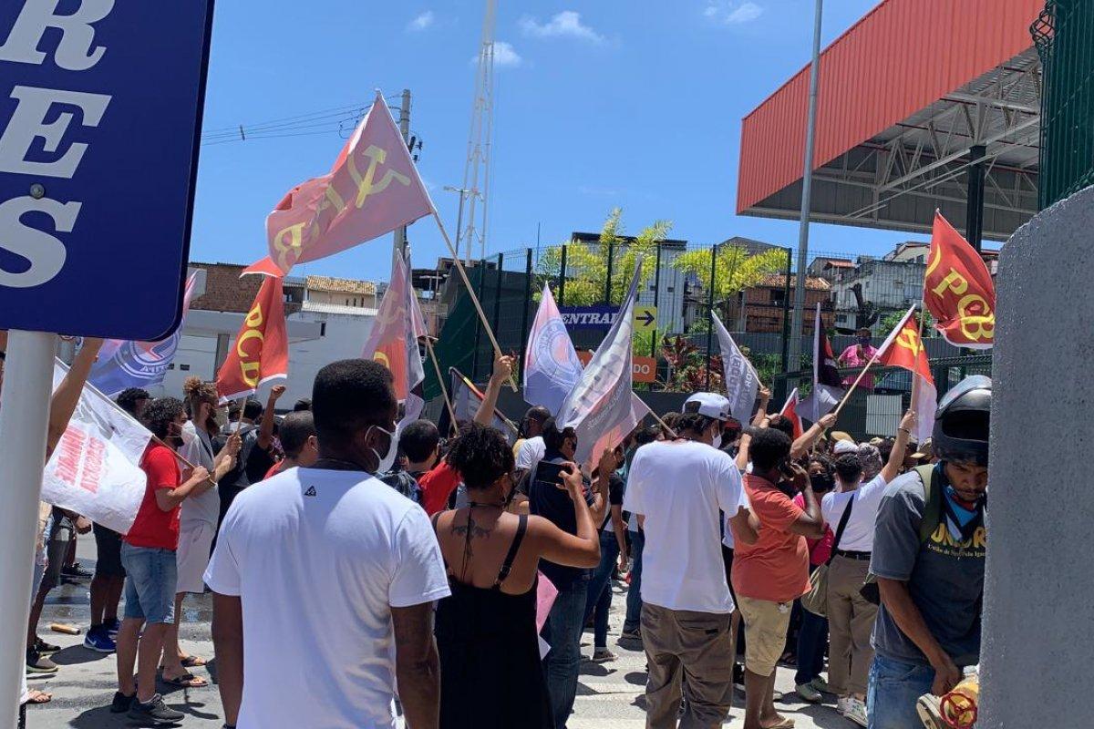 [Vídeo: Manifestantes tentam entrar no Atacadão, em Salvador]