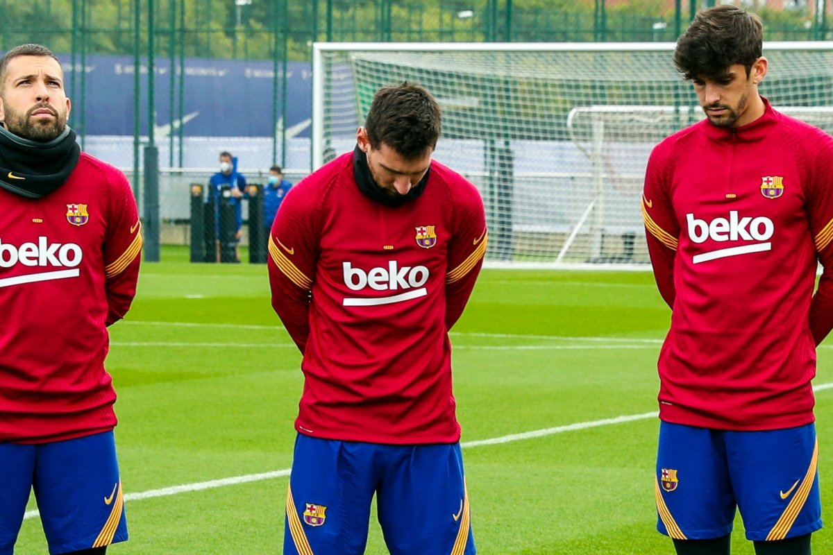 [Messi fica emotivo durante homenagem do Barcelona para Maradona]