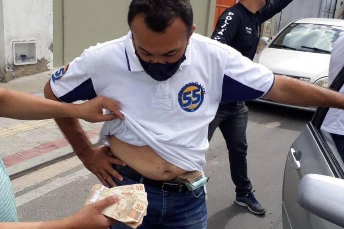 [PF flagra irmão de prefeito com R$ 1 milhão escondido na cueca]