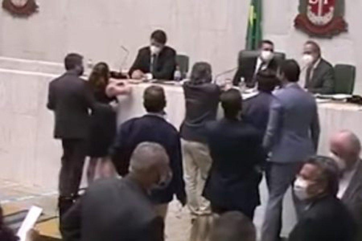 [Cidadania se reúne hoje para analisar acusação de assédio contra deputado estadual que alisou seio de colega ]