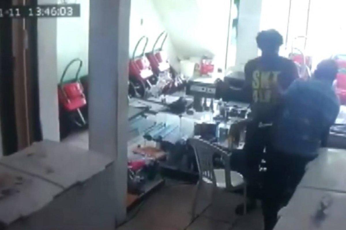 [Câmera de segurança flagra assalto em sorveteria no bairro de Mussurunga, em Salvador]
