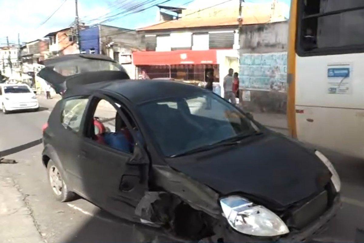 [Motorista fica ferido após batida de carro em poste na Estrada das Barreiras, em Salvador ]