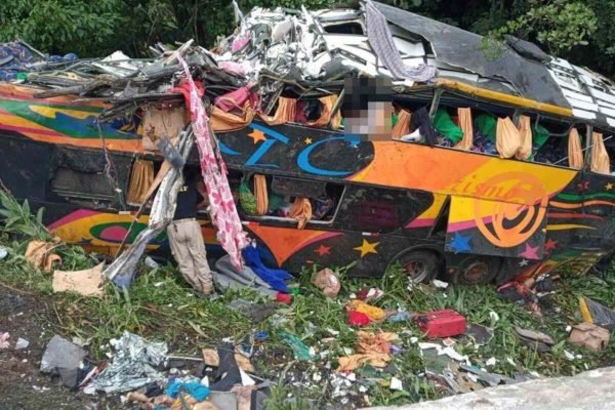 [Acidente de ônibus no Paraná deixa 21 mortos e 33 feridos]
